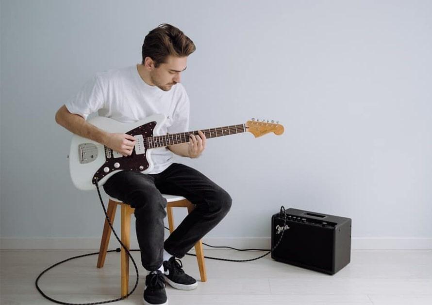 گیتارالکتریک بهت است یا گیتارکلاسیک